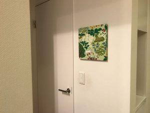 アルメダール・ジャクテンのファブリックパネルをトイレのドアに fabric8