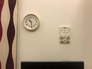 リビング正面のリキクロックとマーライスルース riki-clock2