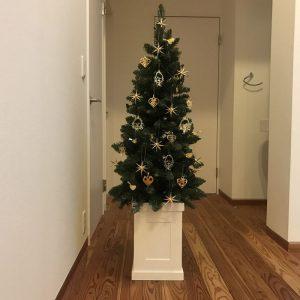 イエッテ・フローリッヒの素敵オーナメントとベツレヘムの星を散りばめたクリスマスツリー fairy-tale-christmas-tree9