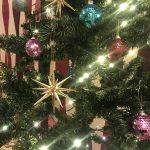 2016年メインのクリスマスツリーは子供も喜ぶ華やかオーナメントで