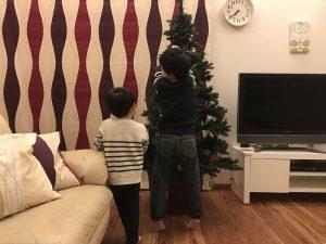 クリスマスツリーを飾る子供達 gorgeous-tree6