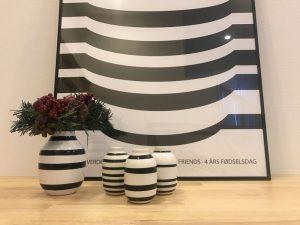 ケーラー・オマジオのポスターと花瓶のアップ kahler-omaggio-poster4