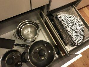 キッチン鍋収納の隣の引き出し p-touch-and-kitchen5